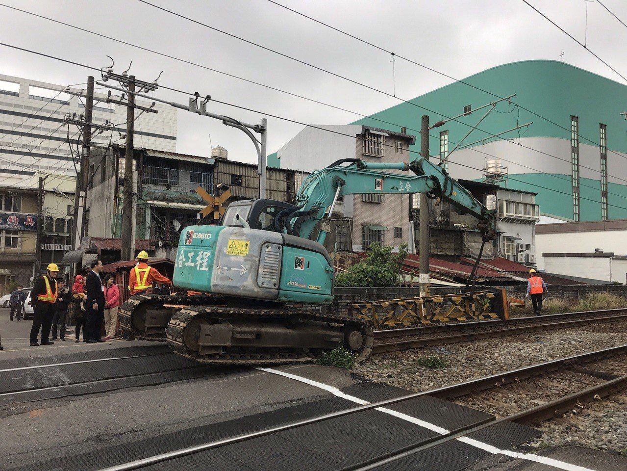 台鐵局調度機具搶修,警方通報已於下午1時42分排除。記者林昭彰/翻攝