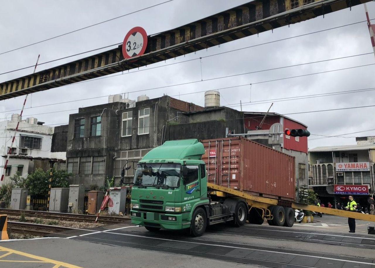 新北市鶯歌區中午發生貨櫃車撞倒平交道限高門架,造成鐵路交通中斷。記者林昭彰/翻攝