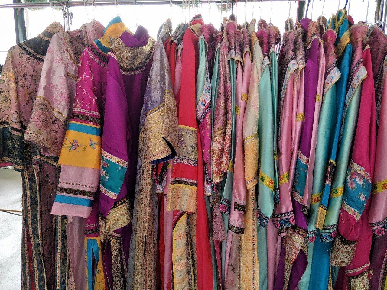 業者收藏數百件古裝戲服,邀請遊客來體驗。記者謝進盛/攝影