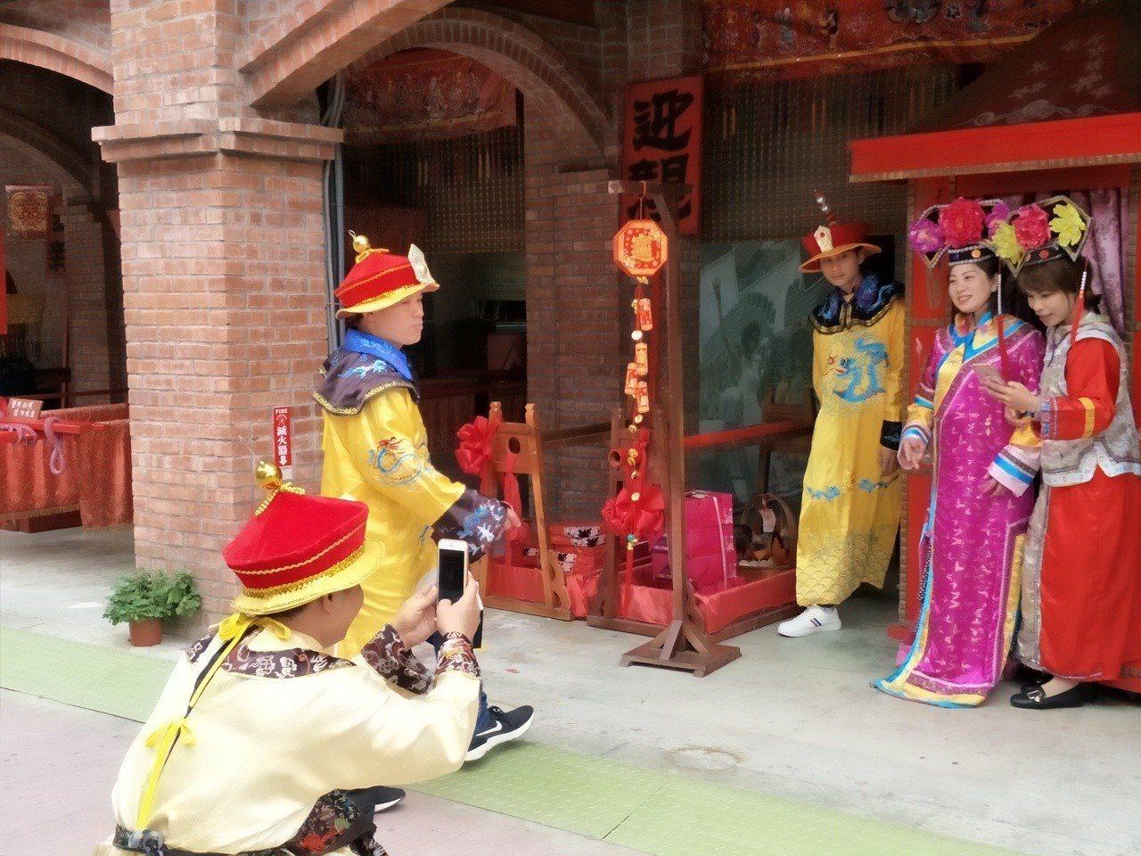 入園遊客身穿宮廷戲服,彷彿穿越時空,一起拍照體驗享受樂趣。記者謝進盛/攝影