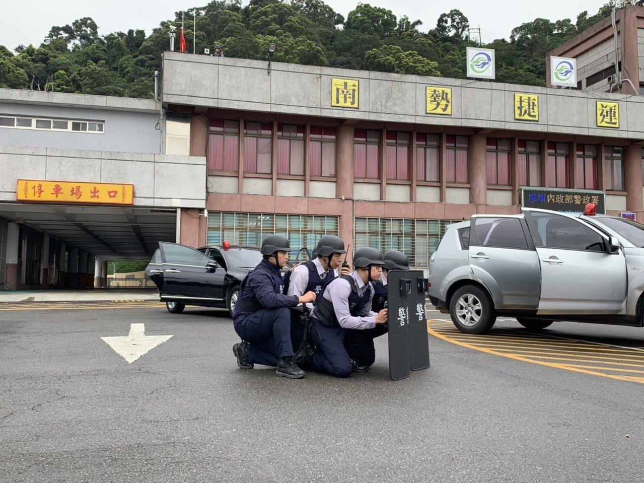 為了精進員警反恐作為,新北市警中和分局今天下午3時在知名烘爐地土地公廟的立體停車...