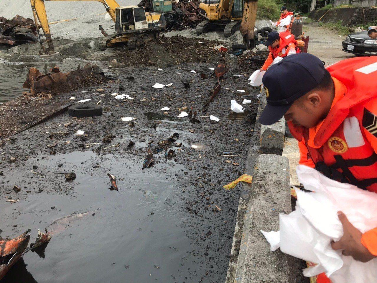 今天下午長濱漁港內進行一艘報廢平台船拆解作業,疑施工不慎造成漏油,海巡弟兄立即使...