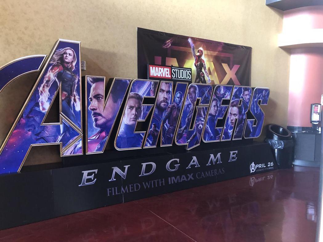 「復仇者聯盟:終局之戰」最新IMAX海報,明顯看到「驚奇隊長」排在最前面的「A」