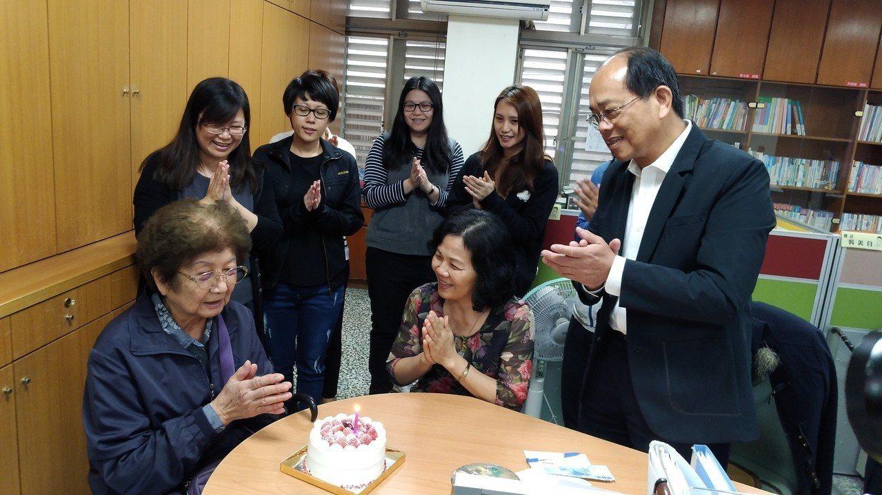 昨天退休的家扶會計李美麗和91歲的林老奶奶因善結緣,兩人親如母女,今天為送來善款...