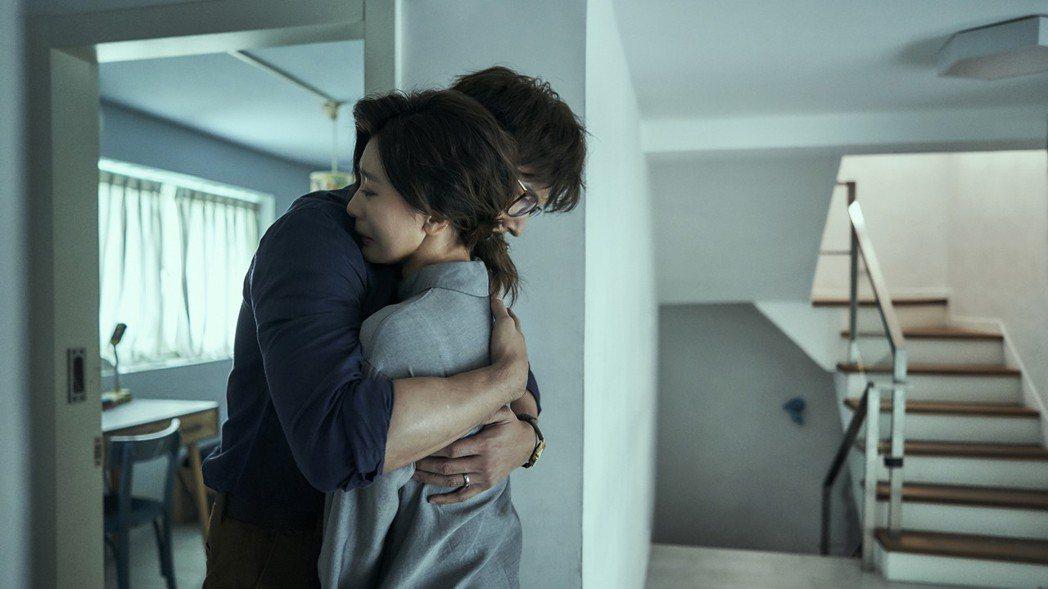 賈靜雯(右)情緒爆發大哭,劇中老公溫昇豪擁抱安慰。圖/公視提供