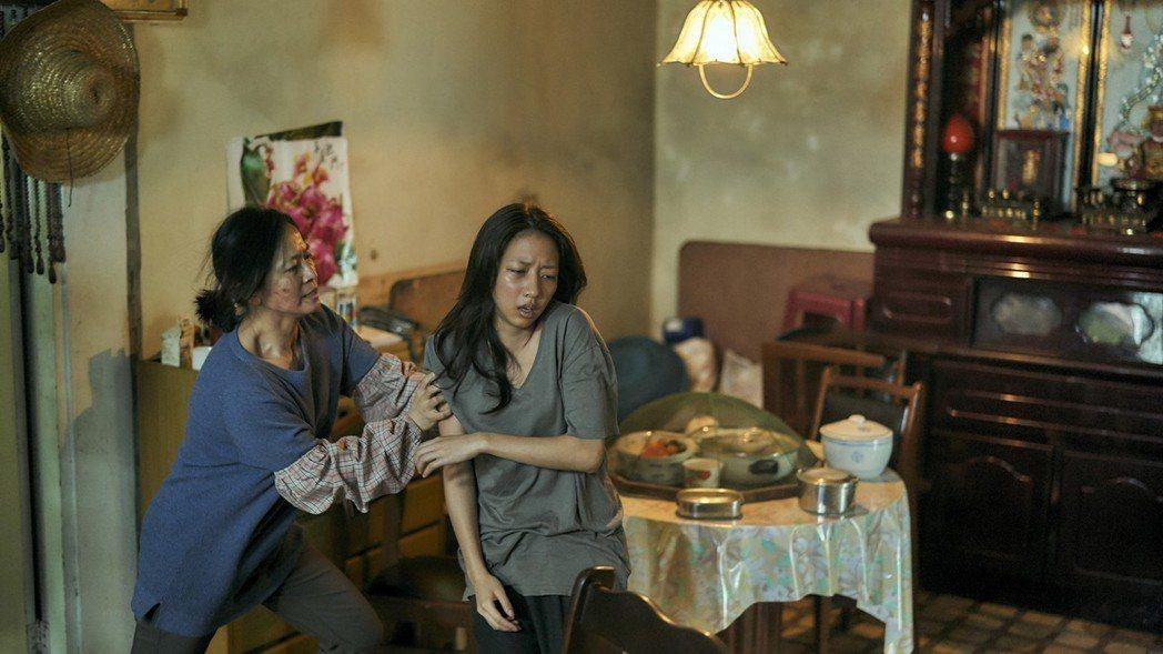 謝瓊煖(左)在「我們與惡的距離」中,把軟爛在家的陳妤硬拖去洗澡。圖/公視提供