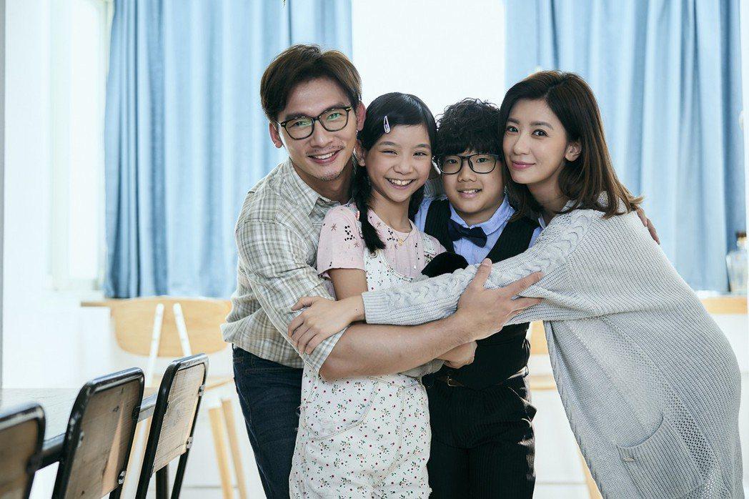賈靜雯(右)與溫昇豪(左)劇中一家四口甜蜜合照只剩追憶。圖/公視提供