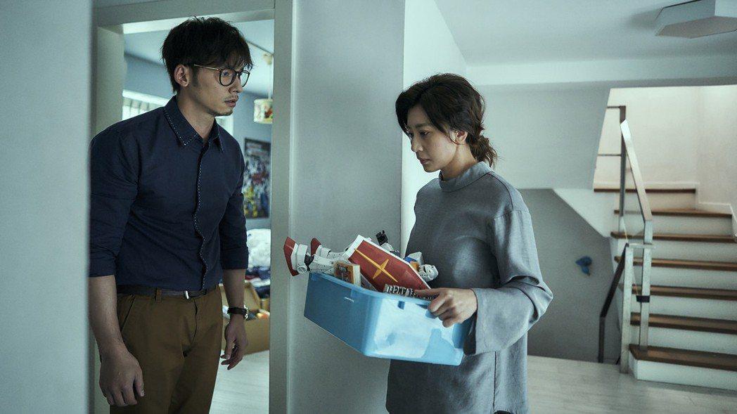 賈靜雯(右)劇中不願溫昇豪整理逝去兒子的房間。圖/公視提供