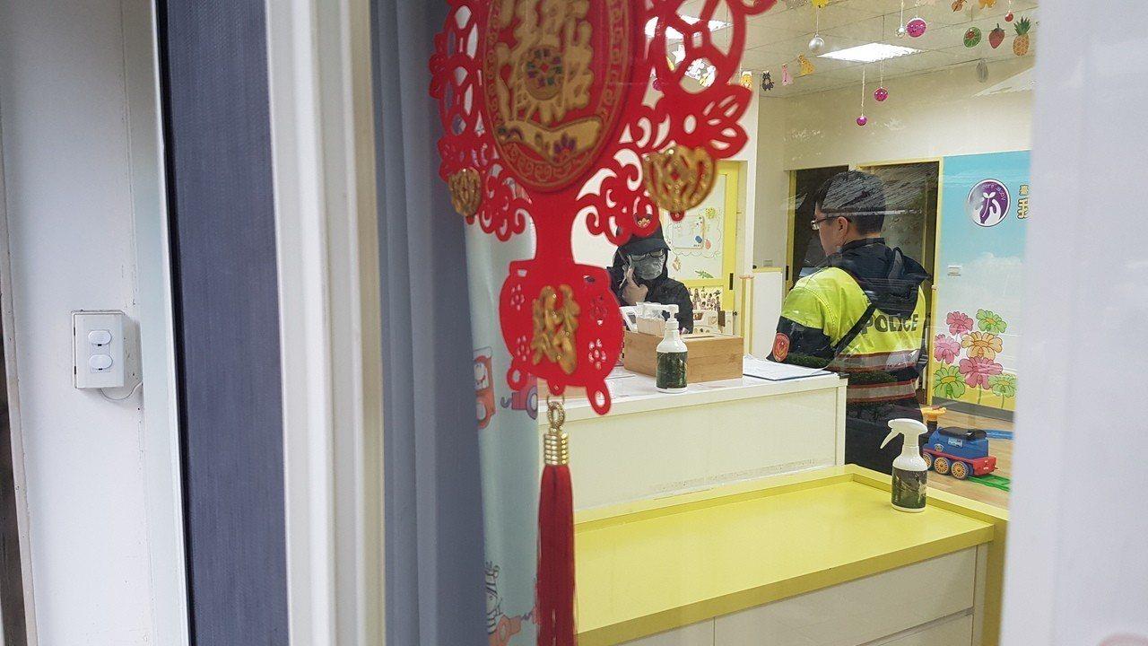 台北市某托嬰中心的1歲李姓男嬰,被發現沒有呼吸心跳,經送醫急救不治,警消人員初判...