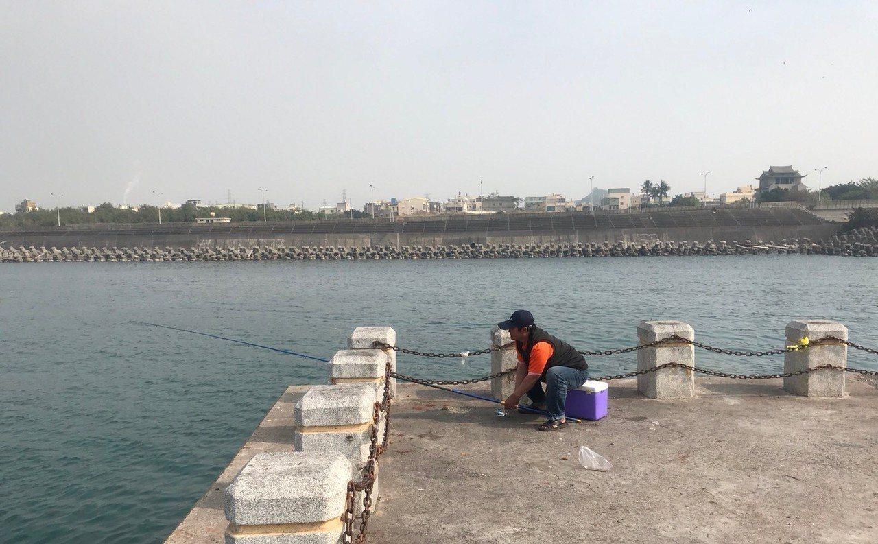 鳳鼻頭漁港是全高市唯一開放釣客垂釣的漁港,釣友認為目前開放範圍的水深不夠,魚很少...