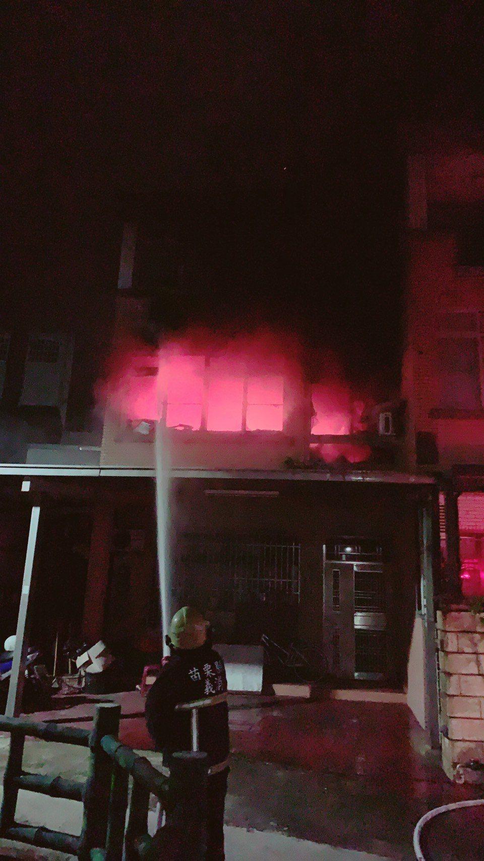 苗栗市健福街1處住宅2樓房間今天晚上起火付之一炬,屋內3人及時逃出。記者范榮達/...