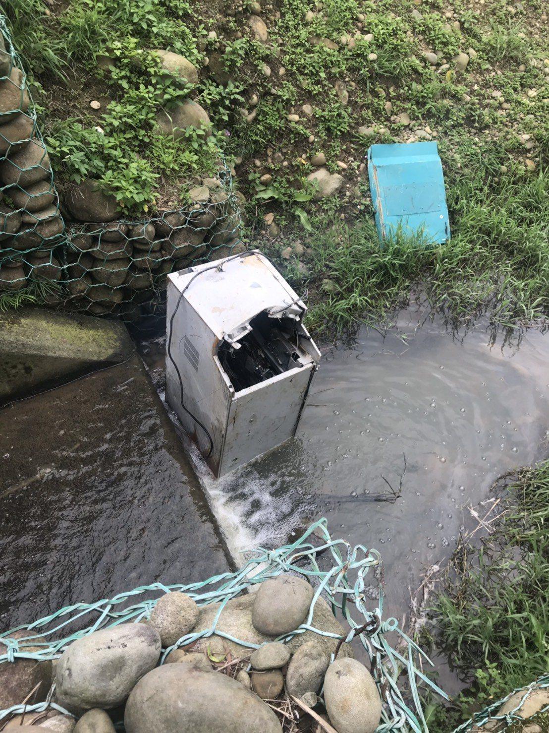 民眾下午在溪裡發現提款機,向新竹縣警方報案。記者鄭國樑/翻攝