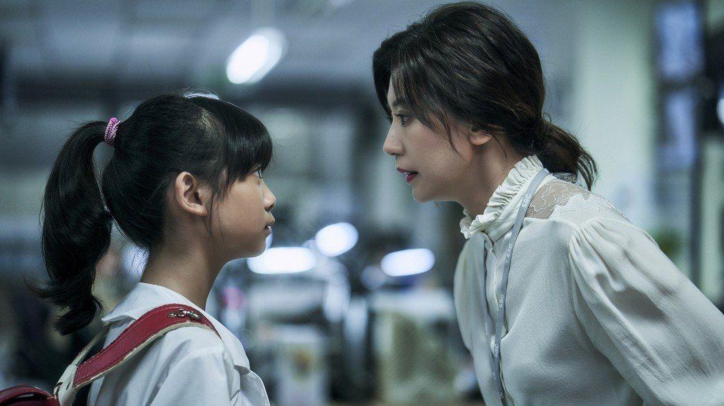 賈靜雯(右)與于卉喬在「我們與惡的距離」中演母女。圖/公視提供