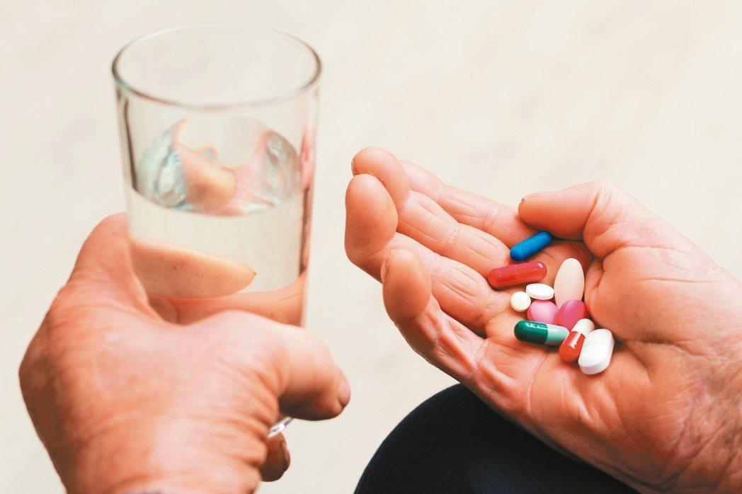 不少長者每天用藥10多種,甚至20種,解決之道是請醫師整合、剔除不必要藥物。 圖...