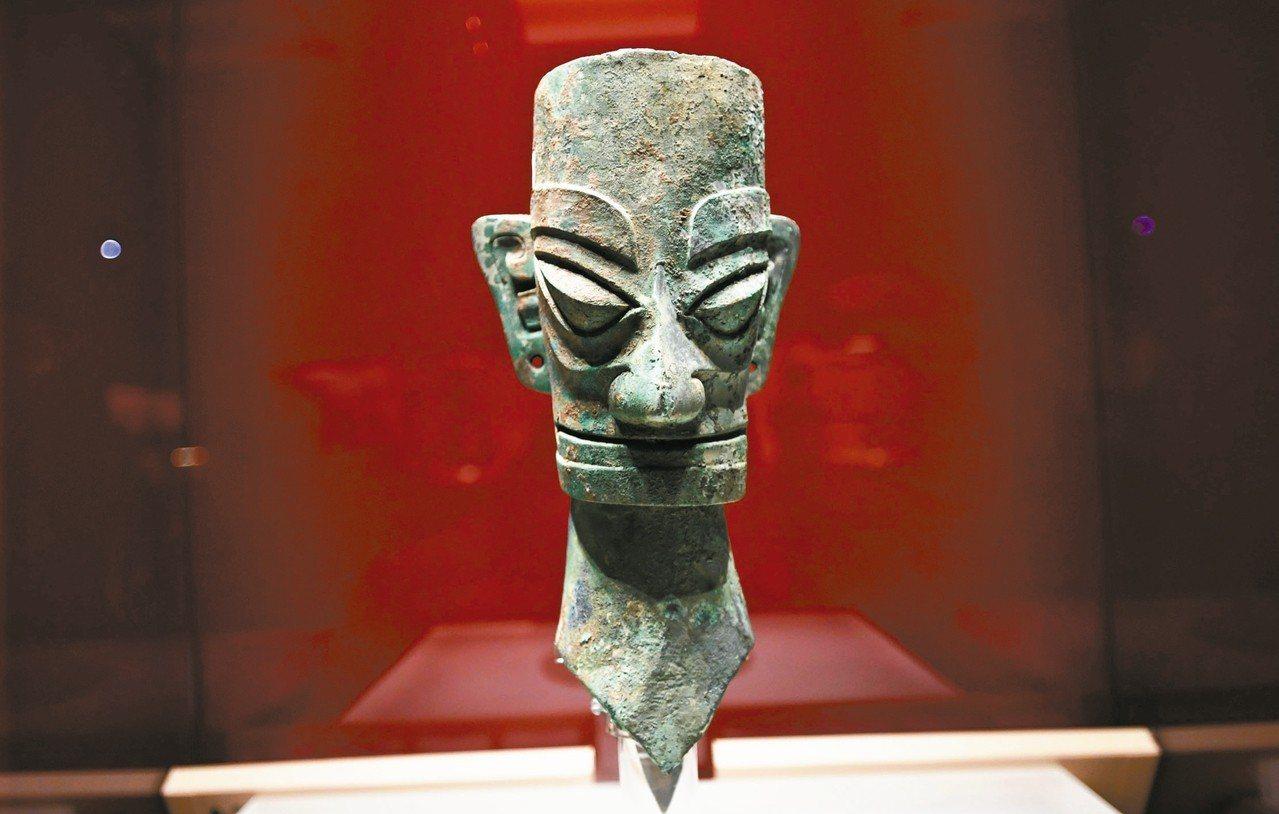四川三星堆博物館即日起對台灣民眾免費開放。圖為博物館展出的青銅人頭像。 中新社