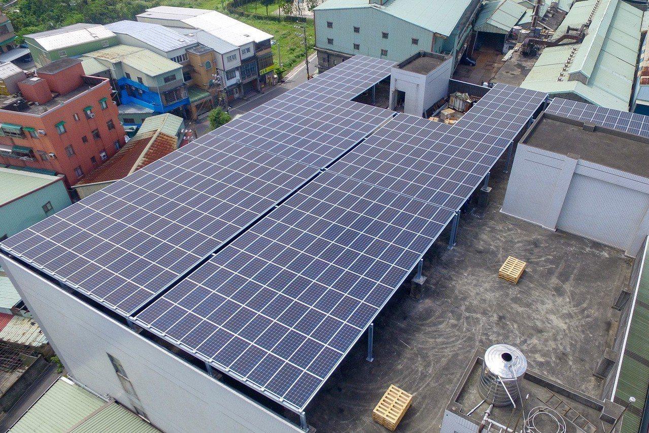 新北市主動在政府單位及鼓勵民間單位安裝太陽能板,累計有502處,年發電量總達27...