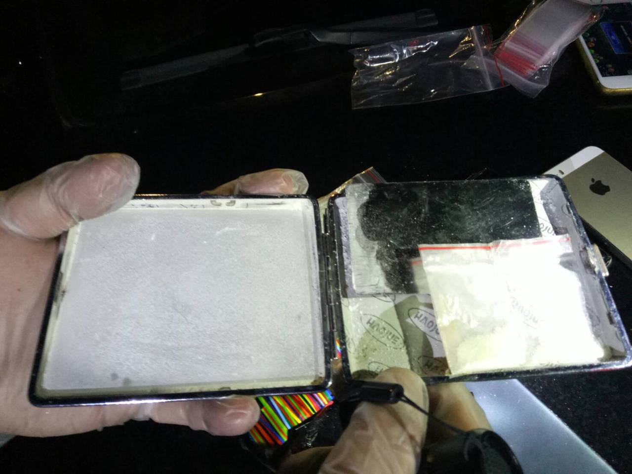 員警「破窗救人」,在車內發現毒品及K盤。記者邱奕能/翻攝