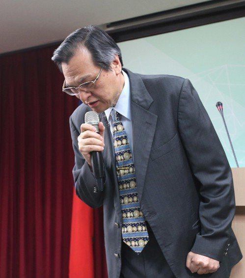 陸委會主委陳明通上午舉行記者會表達歉意。 記者林澔一/攝影