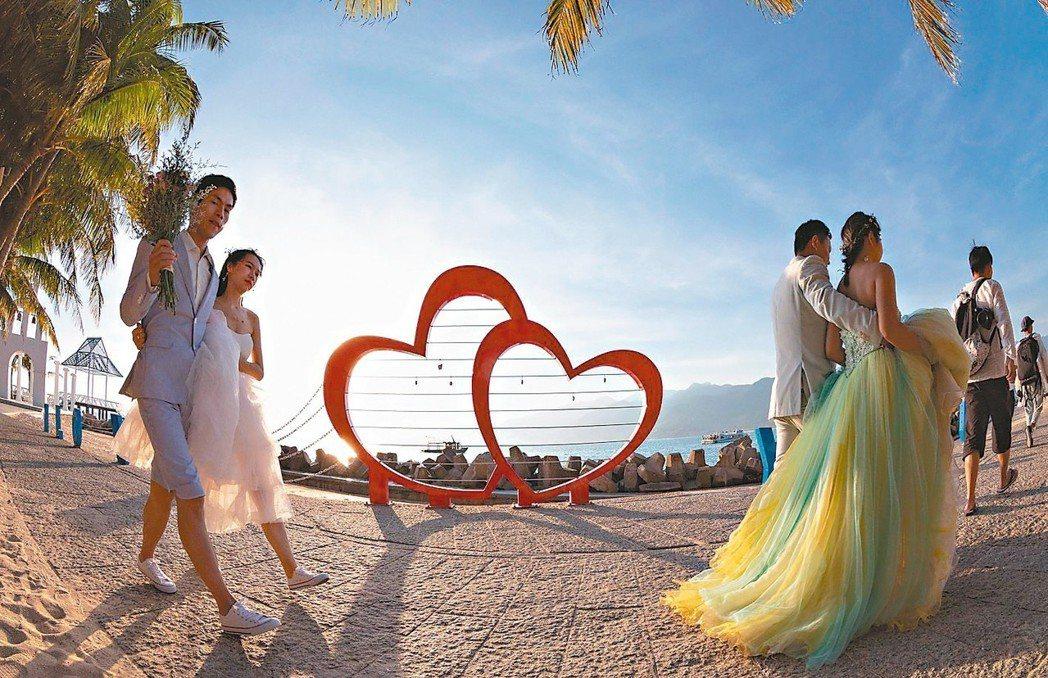 大陸結婚率探五年新低。圖為大陸新人到海南島拍婚紗照。 新華社