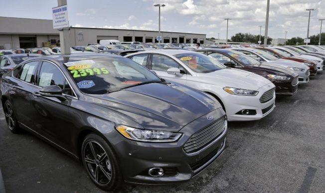 金管會官員表示,最近保險局接獲民眾反映買車想轉保還得經過原業務員同意。 美聯社