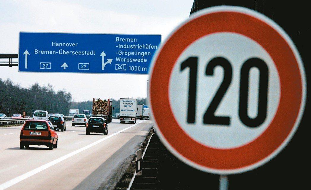 德國聯邦政府未訂定高速公路速限,但靠近市區、道路欠佳或施工路段仍有速限。 路透