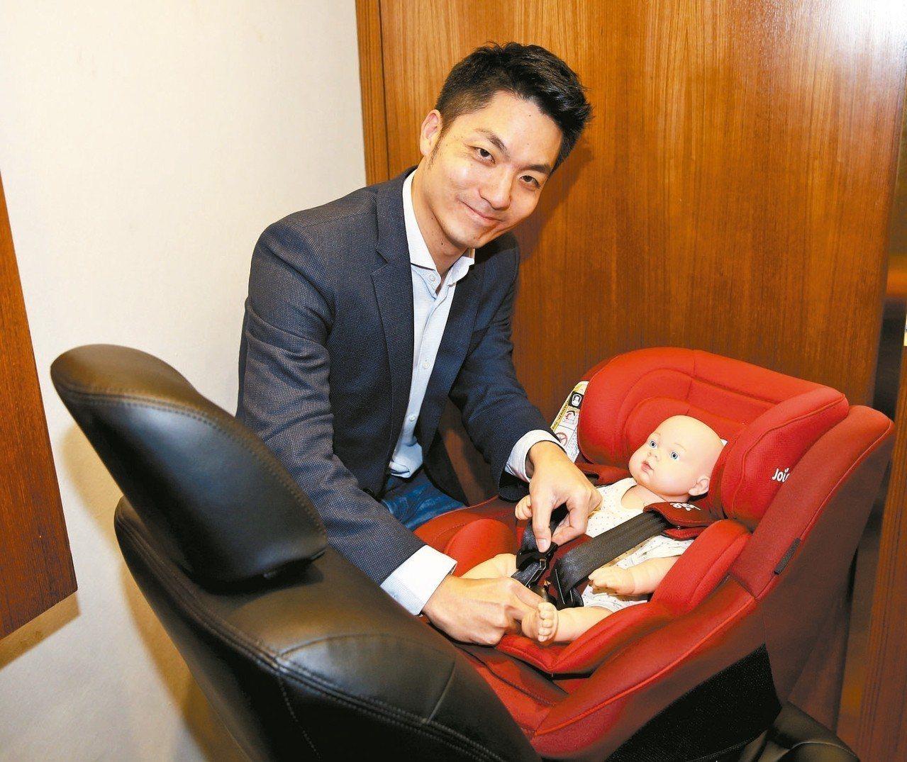 立委蔣萬安與靖娟基金會開記者會,希望推動安全座椅後向式乘坐年齡從1歲延長至2歲,...