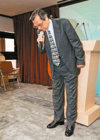 陸委會主委陳明通上午出面兩度為「禽獸說」措辭不當鞠躬道歉。 記者林澔一/攝影