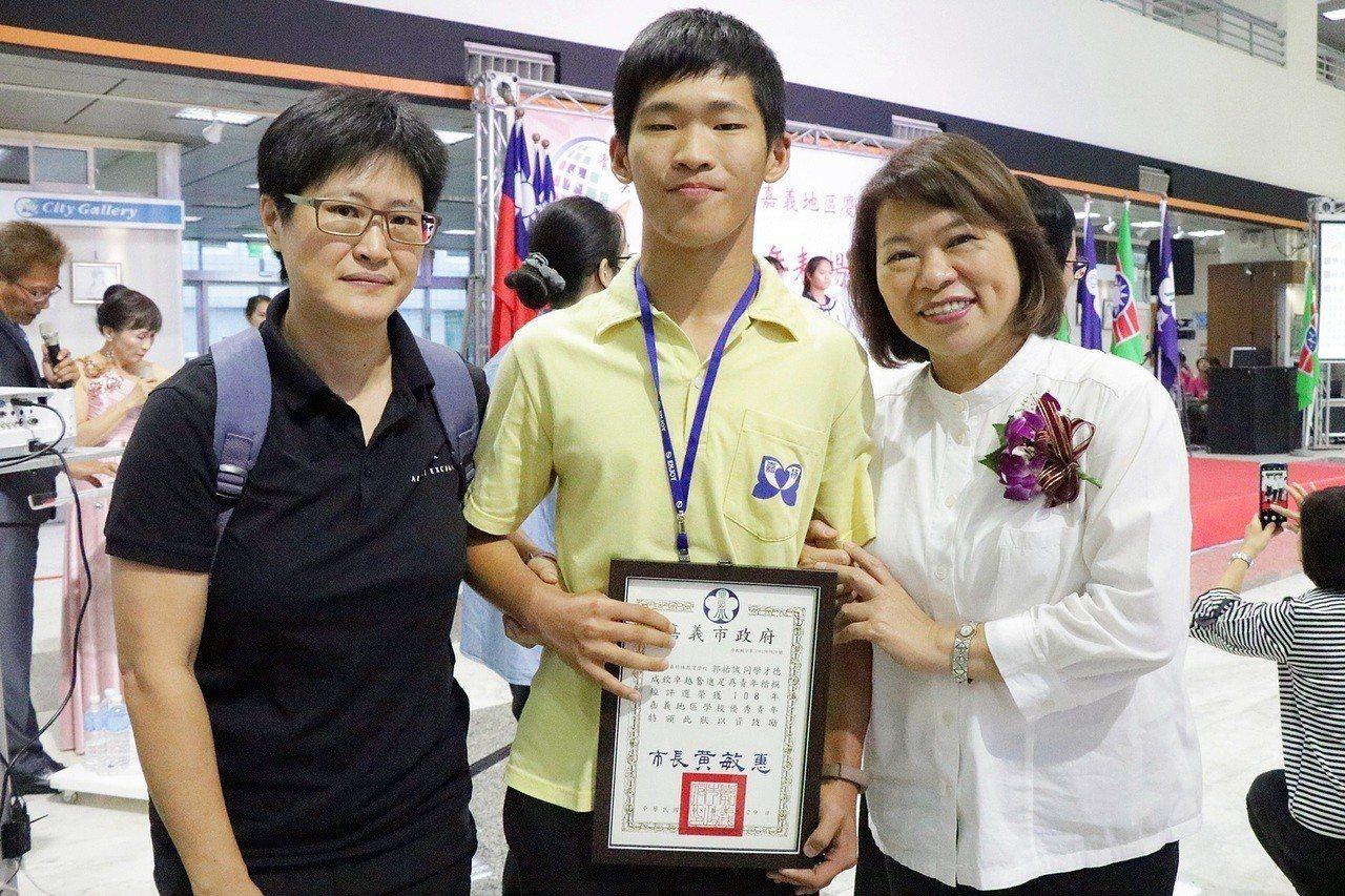就讀嘉義特殊教育學校的郭祐誠(中)不只在運動競技上有傑出表現,今年更代表台灣參加...