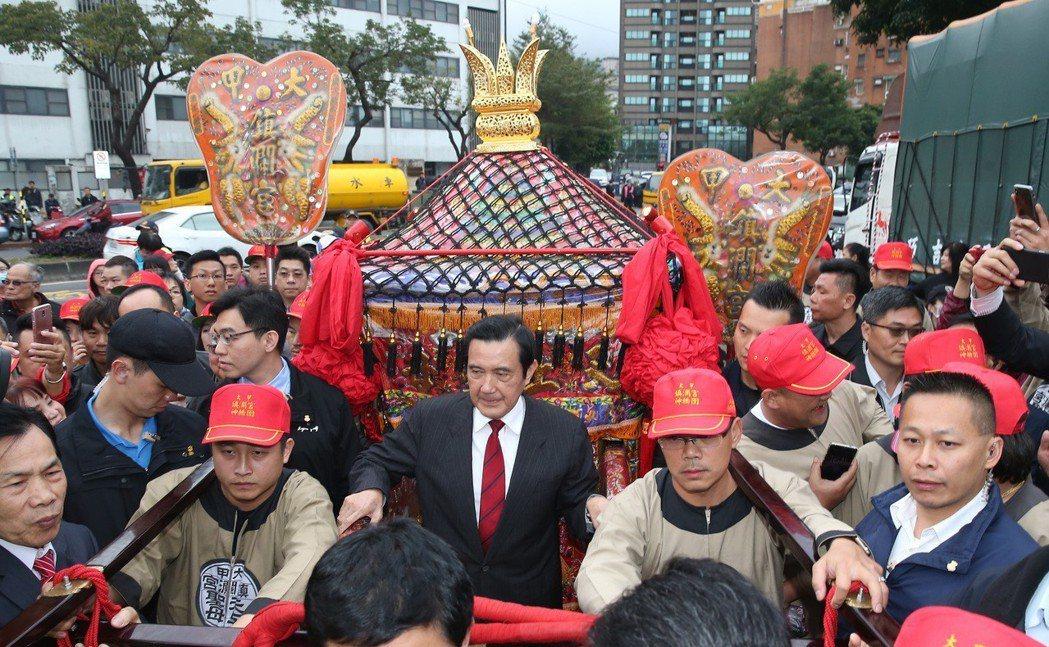 前總統馬英九到場扶轎上香。圖/聯合報系資料照片