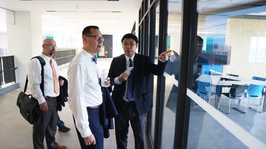嘉藥國際長萬孟瑋向聖湯瑪士大學校長路維克介紹PBL教室。 嘉藥/提供