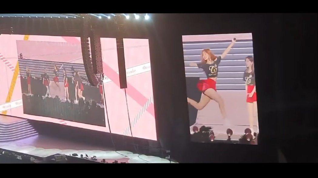 子瑜在台上開心的跳起來,大秀長腿。 圖/擷自Youtube
