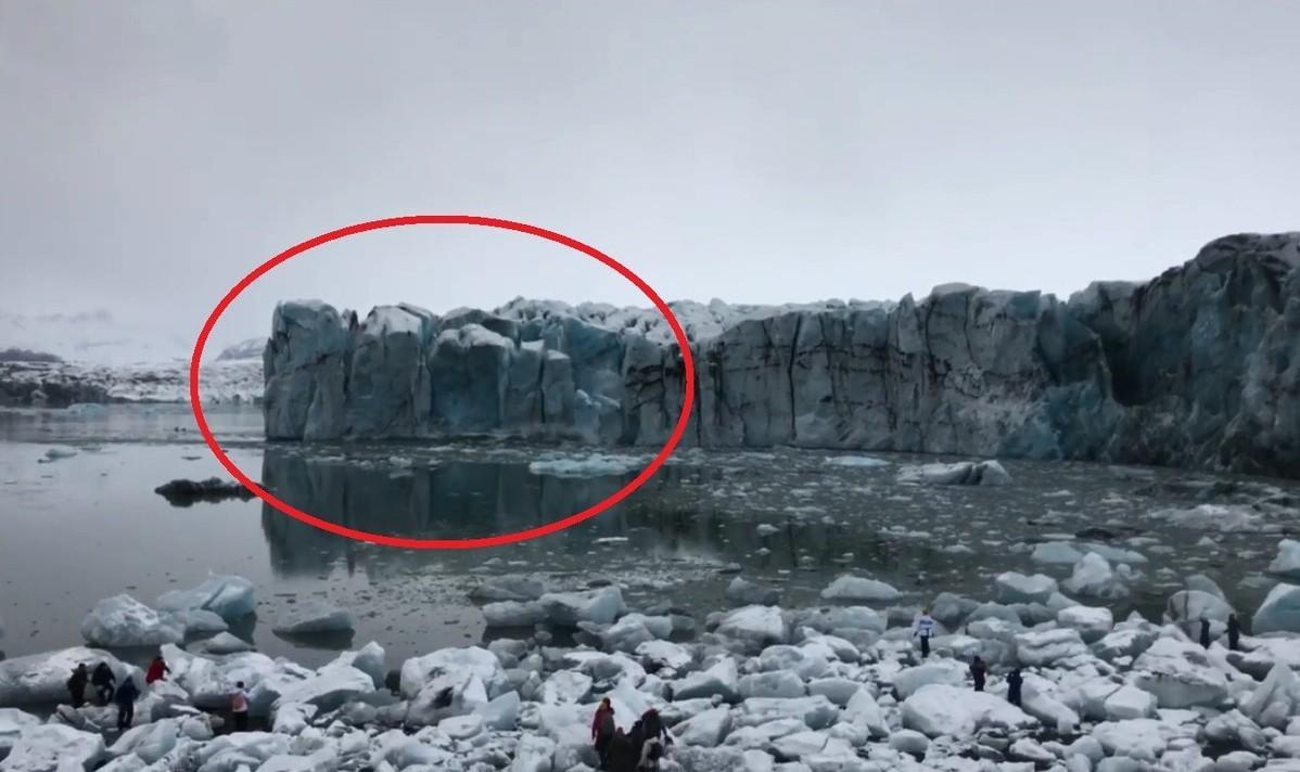 冰山的一角突然滑落,遊客看見這一幕立刻拔腿逃竄。圖片來源/Facebook