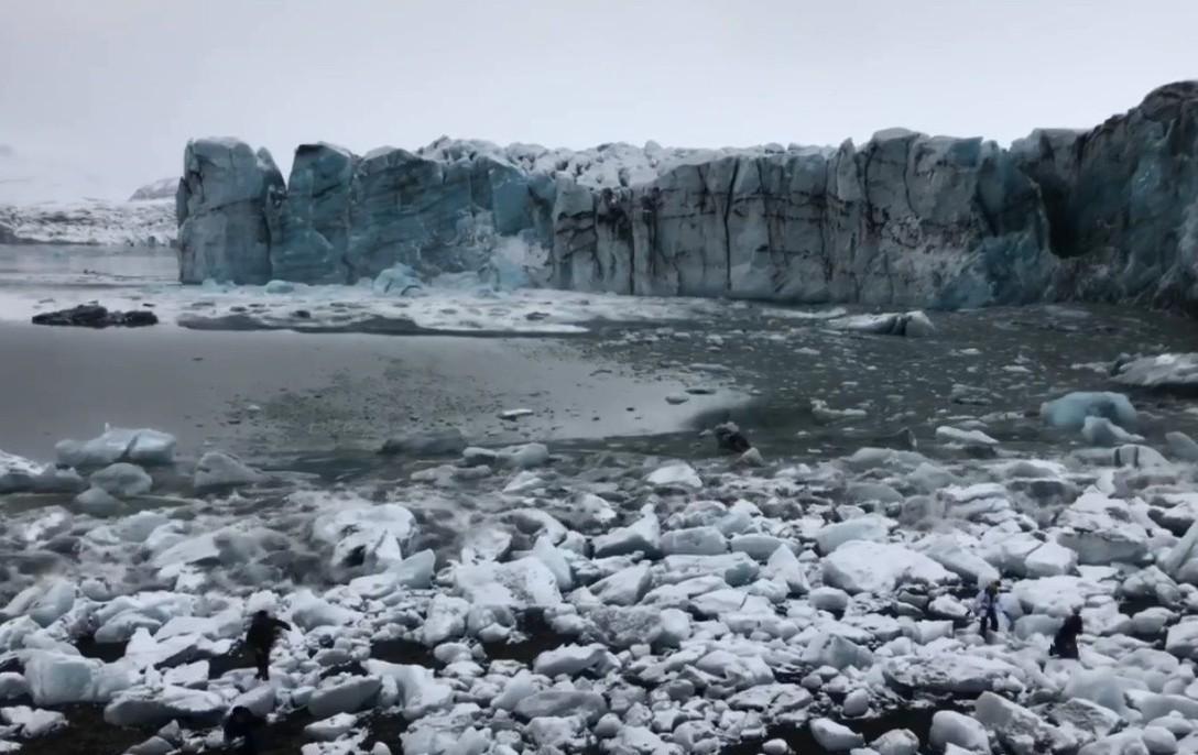 冰山滑落後,巨浪一陣一陣的襲來。圖片來源/Facebook
