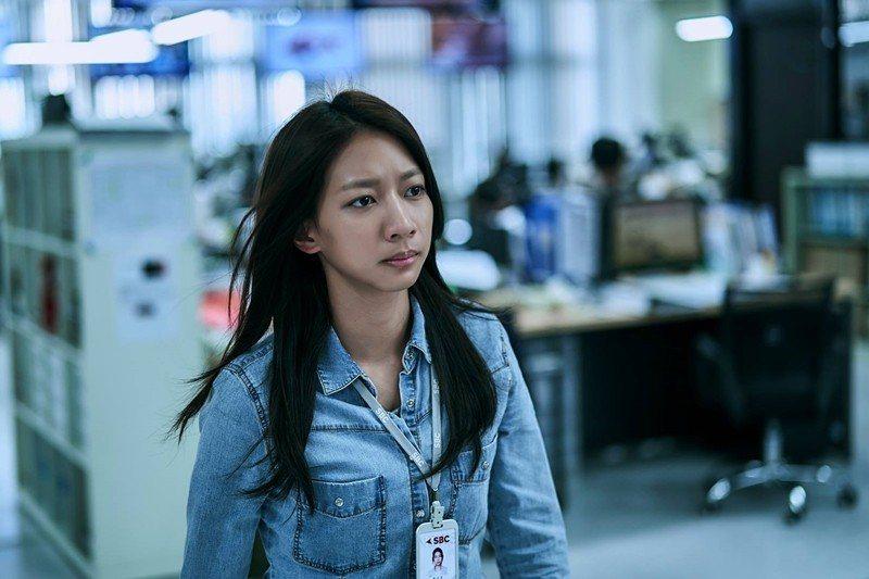 陳妤飾演新進編輯李大芝。 圖/取自《我們與惡的距離》