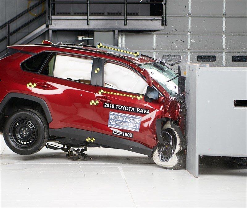 2019年式Toyota RAV4僅有頭燈評鑑表現不佳是唯一美中不足的地方。 摘...