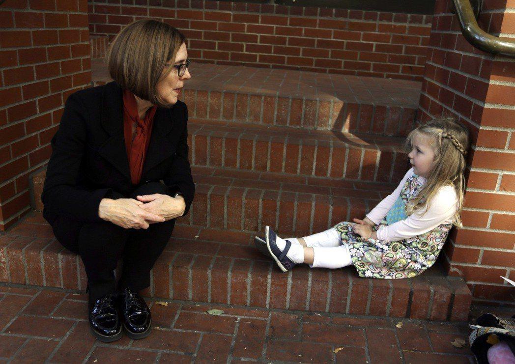 左為俄勒岡州州長布朗(Kate Brown),今年3月1日正式簽署實施租金管制,...