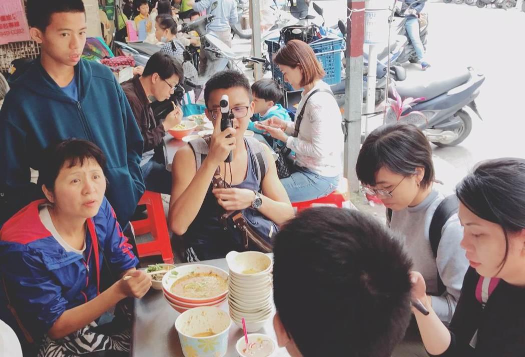 我們到緬甸街的「雲南口味」品嘗涼麵,我在餐桌上簡介了緬甸街的歷史,他們吃得、聽得...