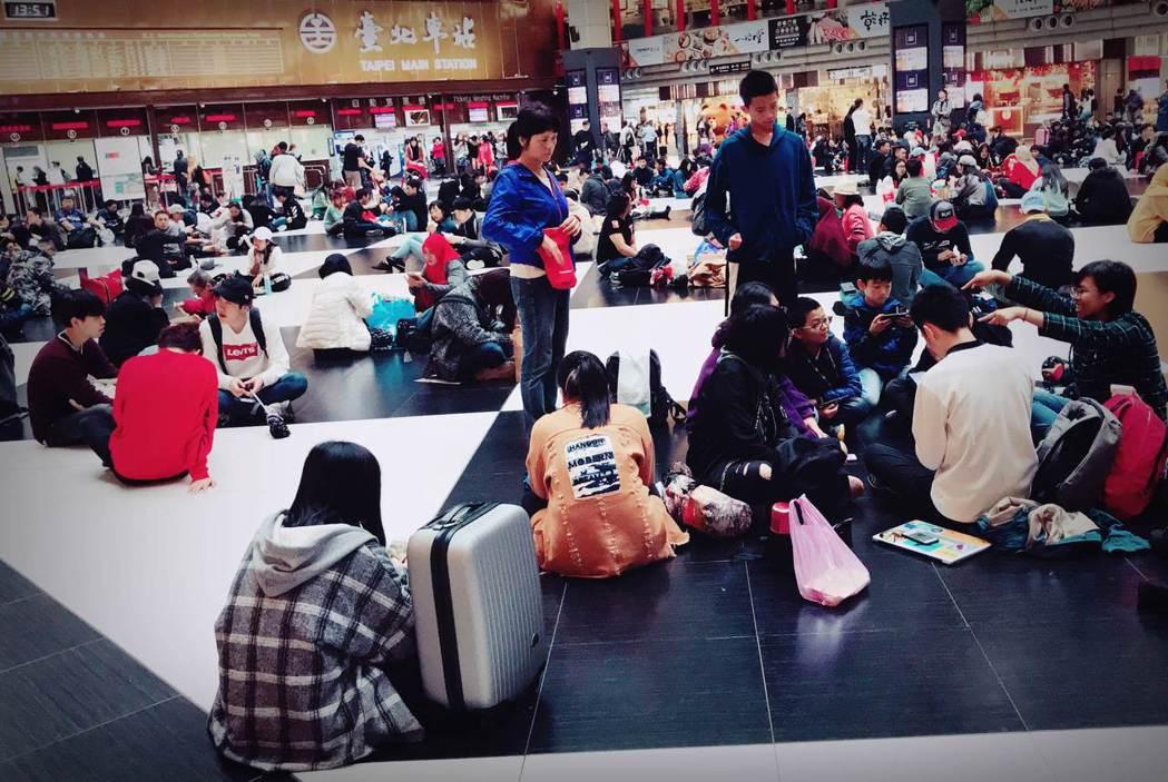 台北車站在星期日的時候聚集了好多移工,我們席地而坐,體驗移動者等待車來的心情。我...