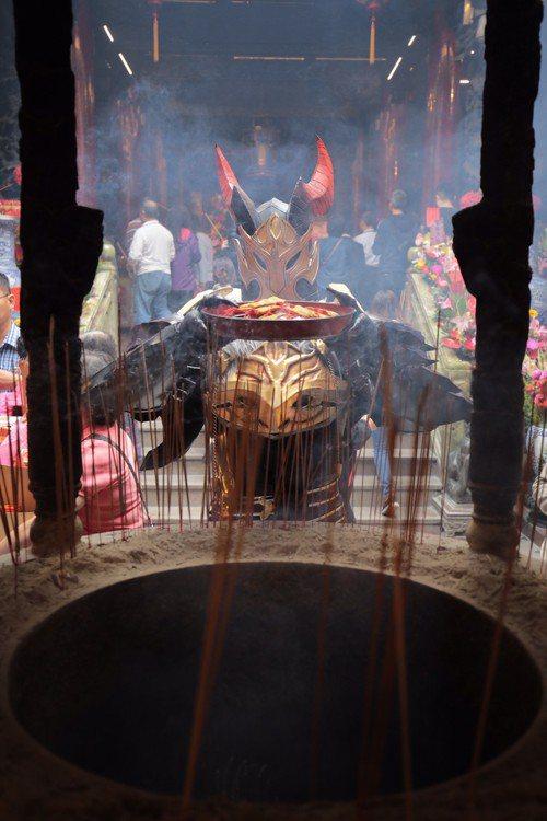 《天堂M》龍鬥士為本次活動平安符於大甲鎮瀾宮進行過火加持