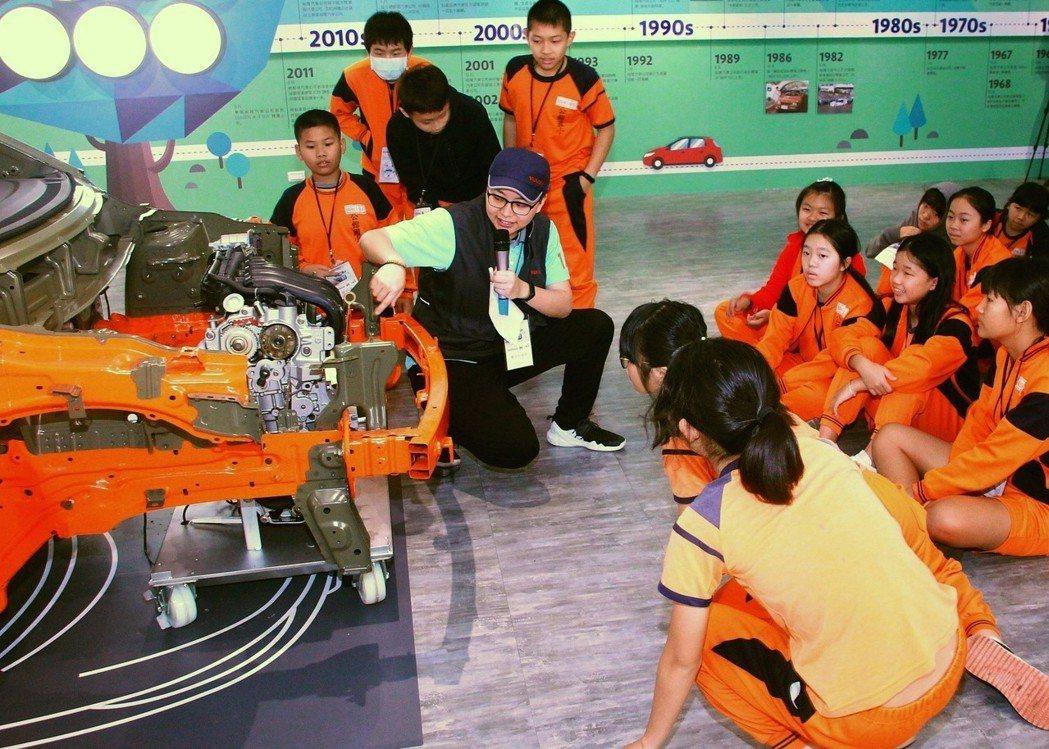 裕隆日產汽車「小戰神造車關卡」由專業導覽人員帶領學生走訪汽車生產線,實際觀察專業...