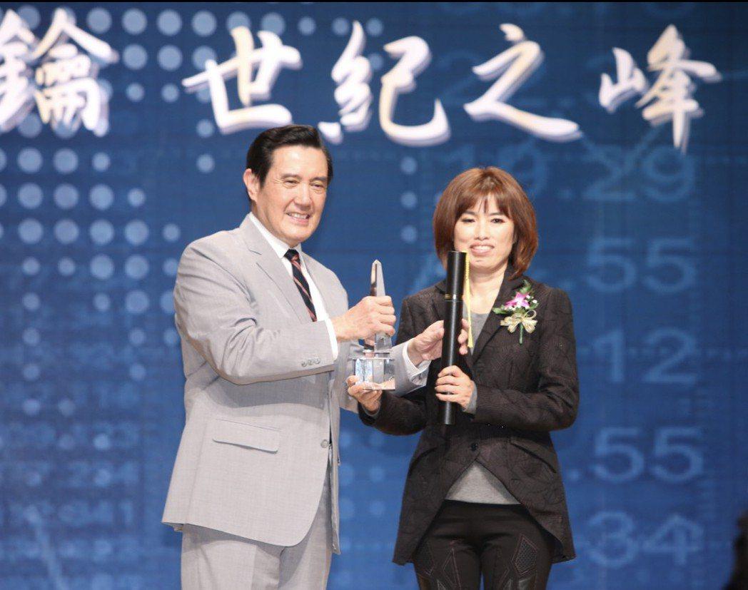 前總統馬英九 (左)頒發十大傑出企業金峰獎給原虹公司董事長楊春娥。       ...