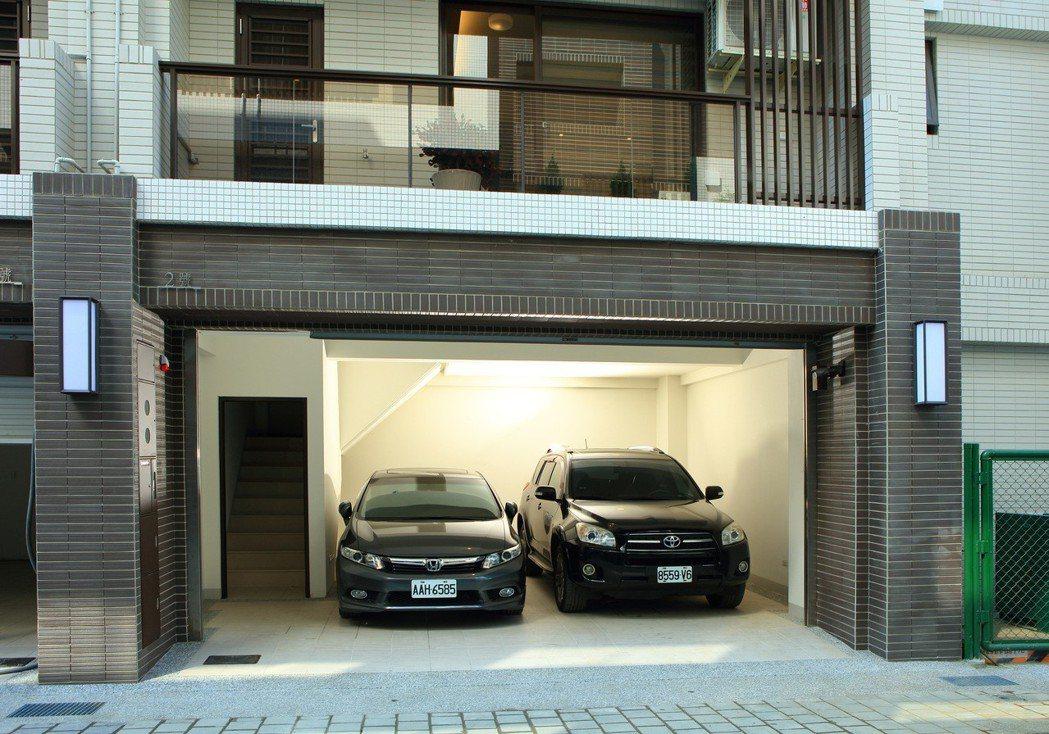 橫軸六米三,寬闊併排雙車庫! 圖片提供/居富開發