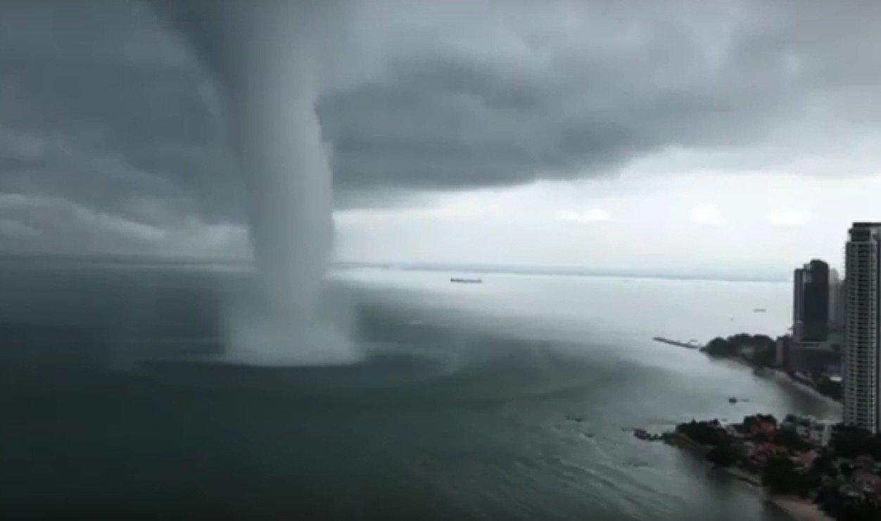 馬來西亞檳城周一遭受水龍捲吹襲。 圖/翻攝自Youtube