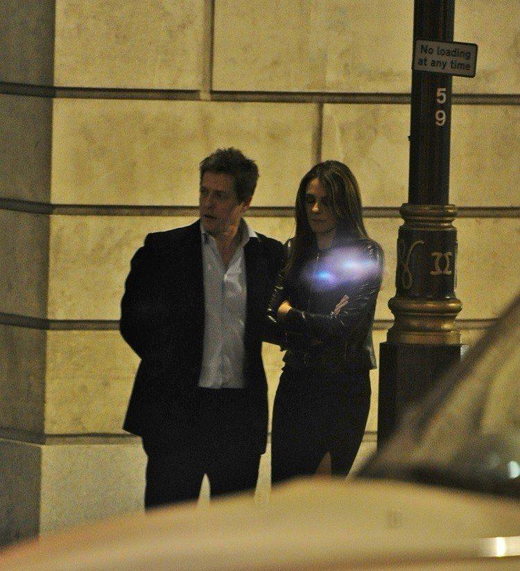 伊莉莎白赫莉和休葛蘭被拍到一同在餐廳吃飯。圖/達志影像