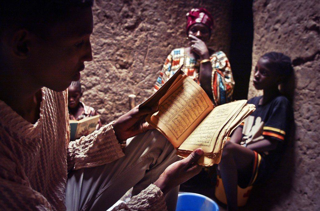 「book smugglers」(字面上的意思是「走私書的人」),可以是「將珍貴...