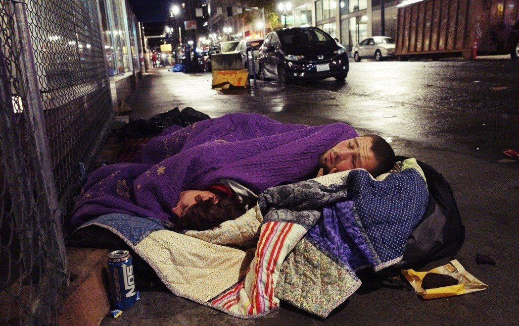 圖為奧勒岡州波特蘭的無家者。支持租金管制法案的人認為,這個限制措施能實現居住正義...