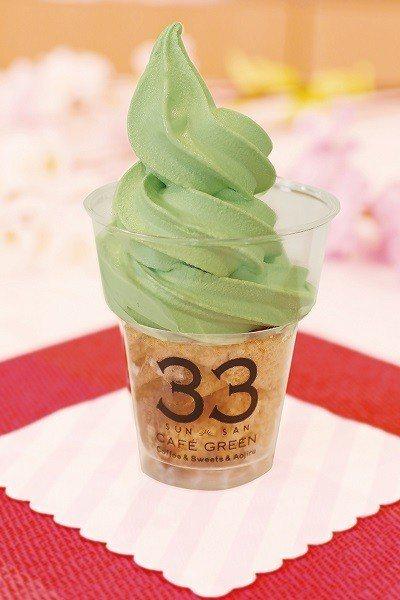 青汁ソフトクリーム(青汁聖代)¥400/4月限定,底層可選櫻花或福岡特產甘王草莓...
