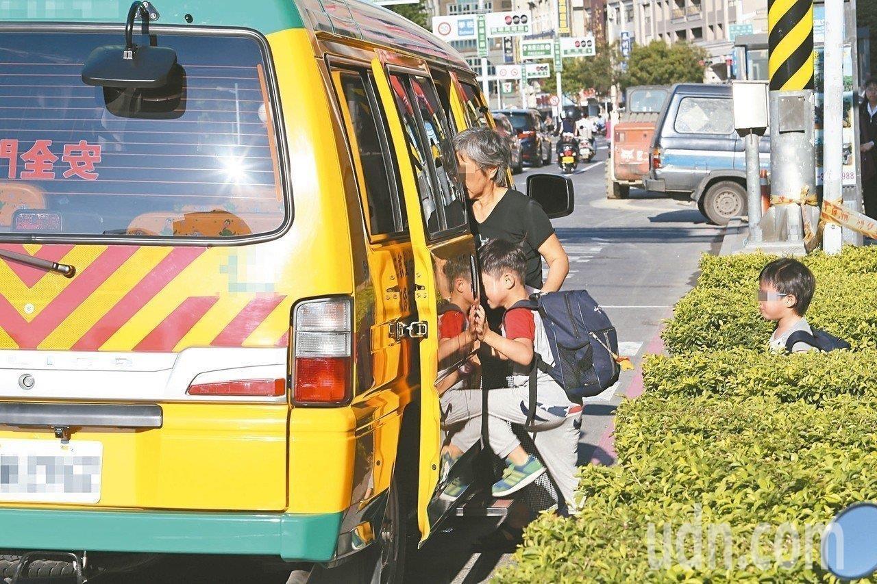 去年5月立法院三讀通過《幼兒教育及照顧法》,為保障幼兒乘車安全,規定幼童專用車(...