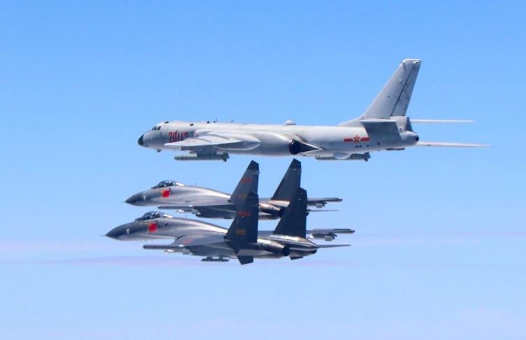 圖為大陸殲-11戰機與轟-6K戰機編隊飛行。(新華社)