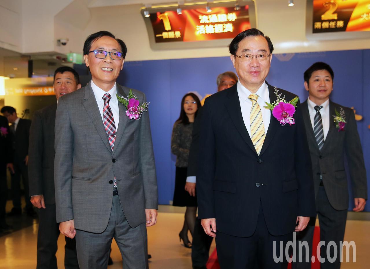牧德科技董事長汪光夏(左)上午在證交所董事長許璋瑤(右)的陪同下出席掛牌儀式。記...